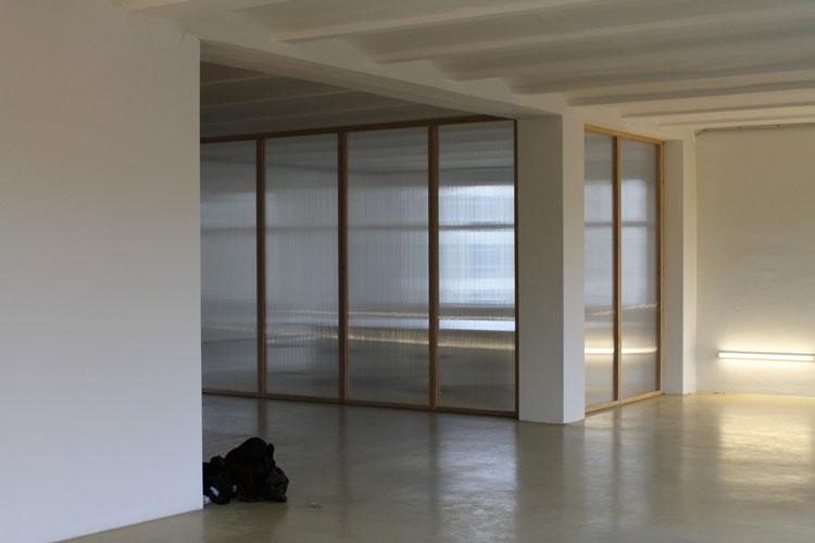 Dorten Büroausbau | MUH | Besprechungsraum von Außen mit Beleuchtung
